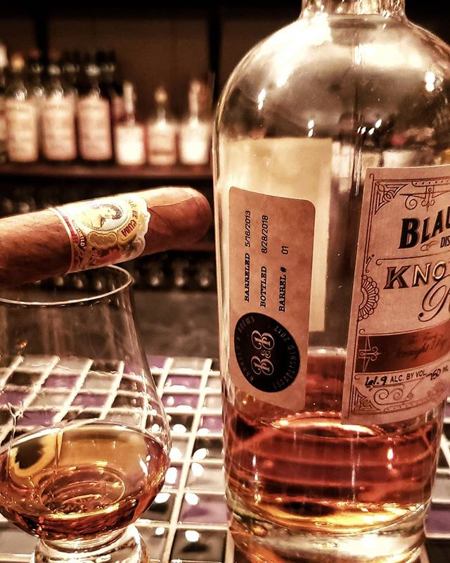 Good night for a cigar! Even better when paired with one of my favorite ryes. Cheers! . . . #bourbon #bourbonwhiskey #bourbongram #bourbonlover #bourbonclub #whiskey #whiskeylover #whiskeygram #whiskeyporn #bourbonporn #whisky #rye #ryewhiskey #dram #whiskeyclub #bourbonsociety #cigar #cigars #cigarsandwhiskey #beer #life #chicago #illinois #chicagosuburbs #chicagoland #theadventuresclubbourbonsociety #barrelandbrews #blaumbros #knotterrye #cheers