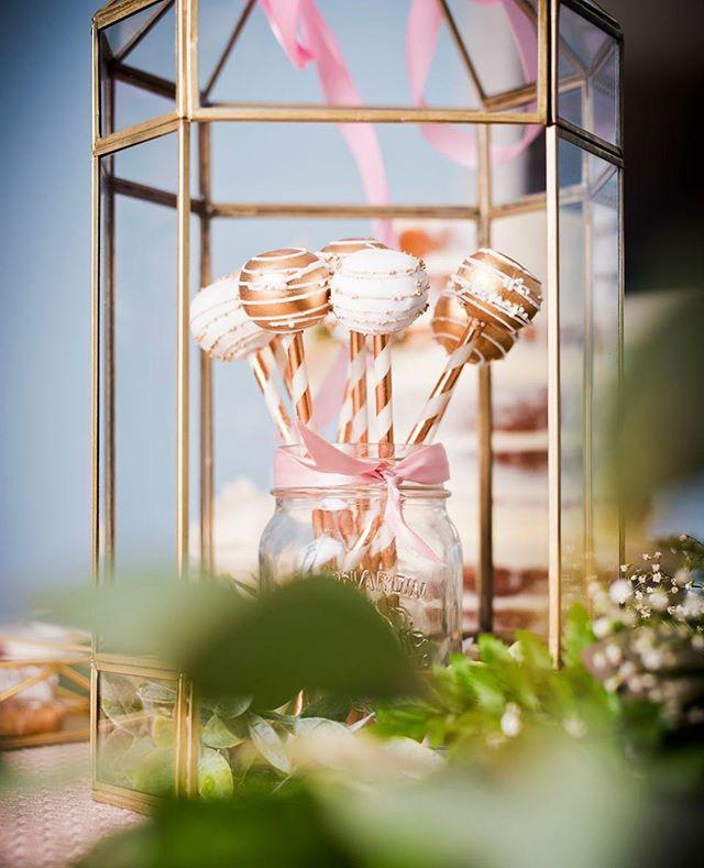 Délicieux #cakepop du chez @milleetuncupcake à Blainville 🍰 Passez les voir en boutique! ⠀ ⠀ #sweettable #sucrerie #bonbon #cake #pop #sweets #pinterest #rosegold #rosegoldidea #copper #cakestick #wedding #weddingphotographermontreal #photographemontreal #delicieux #delicious #sucré
