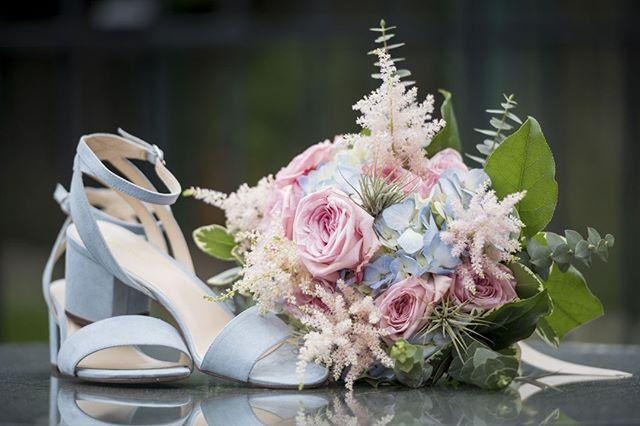 Que pensez-vous de ce style de chaussure très printanière pour le mariage? Leur sobriété les rend très agréable je trouve, pas trop de bling bling! 💙⠀ ⠀ #mariagebrossard #photographebrossard #brossard #photographedemontreal #montrealweddingphotographer #brossardwedding #weddingbouquet #weddingshoes #blueshoes #babyblue #pastelpalet