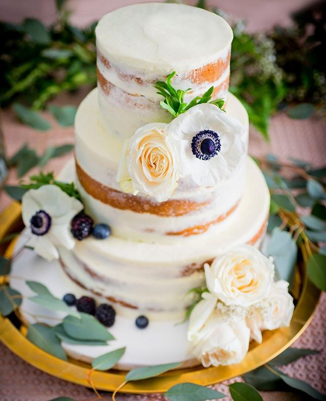 Ce fameux naked cake à la vanille... impossible d'y résister! Visitez @milleetuncupcake pour vos pâtisseries et @lapetitefleurcreation 💐⠀ ⠀ #nakedcake #cake #cakedesign #bolo #instacake #instafood #cakes #chantininho #weddingcake  #vanillalovers #vanillacake #buttercream #flowercake #weddingcake #weddingphotographer #weddingphotography #wedding #bride #weddingday #weddinginspiration #photography #weddingphoto #weddings #photographer  #weddingplanner #bridetobe #weddingideas  #instawedding #weddingplanning #montreal⠀