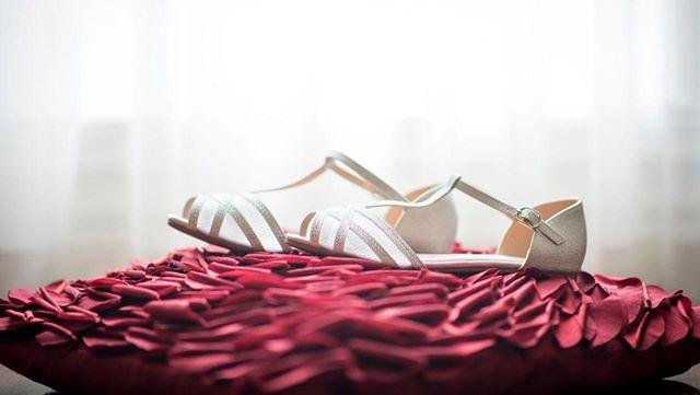 ⠀ Toutes les mariées devraient prévoire une paire de souliers plats pour leur mariage.Souvent, ceux de nos rêves sont très hauts et douloureux à porter... 👠 Je crois qu'en 2019, on a plus besoin de souffrir pour être belle! ⠀ Ou prévoyez les deux et changez en cours de route! 😛 🎀⠀ #wedding  #weddingphotographer #montrealweddingphotographer #montrealphotographer #photographemontreal #smile #wife #weddingphotography #bride #weddingday #weddinginspiration  #weddingphoto #weddings #photographer #weddinginspo #instawedding #photooftheday #weddingplanning  #theknot #bridalshoes #weddingshoes #shoes #fashion #bridalshoes #wedding #handmadeshoes #flatweddingshoes #shoesaddict #weddinginspiration  #instashoes