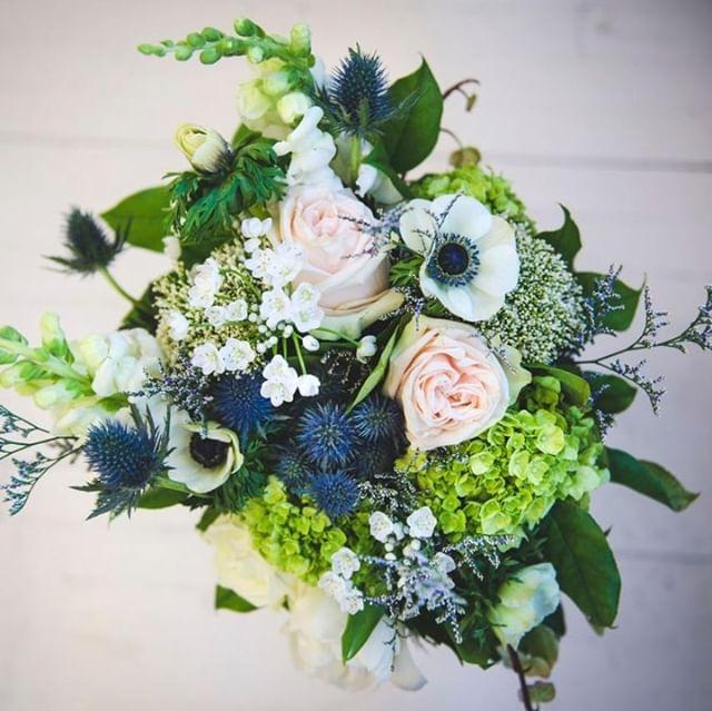 L'important est de choisir un bouquet en harmonie avec votre robe et votre coiffure. Si vous avez également un thème, c'est l'occasion d'en profiter!⠀💐🌹🌸🌻⠀ En fonction de la date de votre mariage, renseignez-vous auprès de votre fleuriste car toutes les  variétés ne sont pas disponibles toute l'année 😱⠀ ⠀ Bouquets: @Binette et filles Fleuriste Marché Jean-Talon⠀ ⠀ #mariage #mariageboheme #weddingbouquet #weddingflower #mariage2019  #mariagephotographe #weddingmontreal #mariagemontreal⠀ #love #wedding #weddingphotographer #montrealweddingphotographer #florist #montrealphotographer #photographemontreal  #weddingphotography #bride #weddingday #weddinginspiration  #weddingphoto #weddings #photographer #weddinginspo #instawedding  #weddingplanning #prewedding  #theknot #bridal