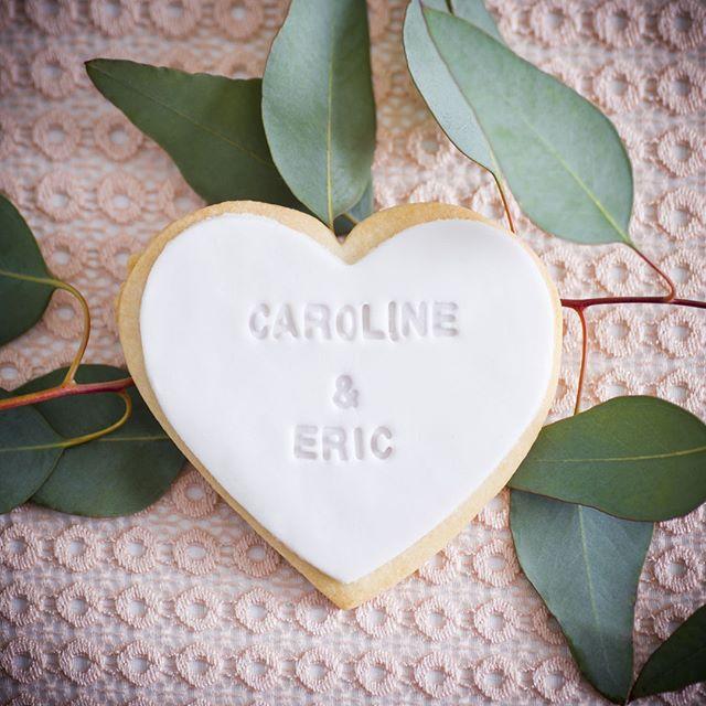 Biscuits personalisés à offrir à vos invités pour votre mariage 💕 Impossible d'y résister! Visitez @milleetuncupcake pour vos pâtisseries et @lapetitefleurcreation 💐⠀ ⠀ #instafood #cookie  #weddingcake  #vanillalovers #vanillacake #buttercream #weddingcake #weddingphotographer #weddingphotography #wedding #bride #weddingday #weddinginspiration #photography #weddingphoto #weddings #photographer  #weddingplanner #bridetobe #weddingideas  #instawedding #weddingplanning #montreal⠀
