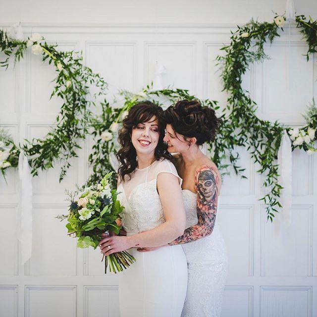 🌱 Merci à tous mes partenaires qui ont apportées leurs idées et aide pour réaliser ces magnifiques images💚  et un grand merci aux belles modèles Jessica et Vanessa 💍@imagesetmotscalligraphie @bayardgateaux @gabbyvachonmakeup @lecoeuretmarieeboheme @boudoir1861 @beau_video @nomadeatelierfloral Binette et filles Fleuriste Marché Jean-Talon @so.so.co.co @flammeenrose @livart #montrealwedding #mariagemontreal #bride #lgbtwedding #wedding #greenwedding