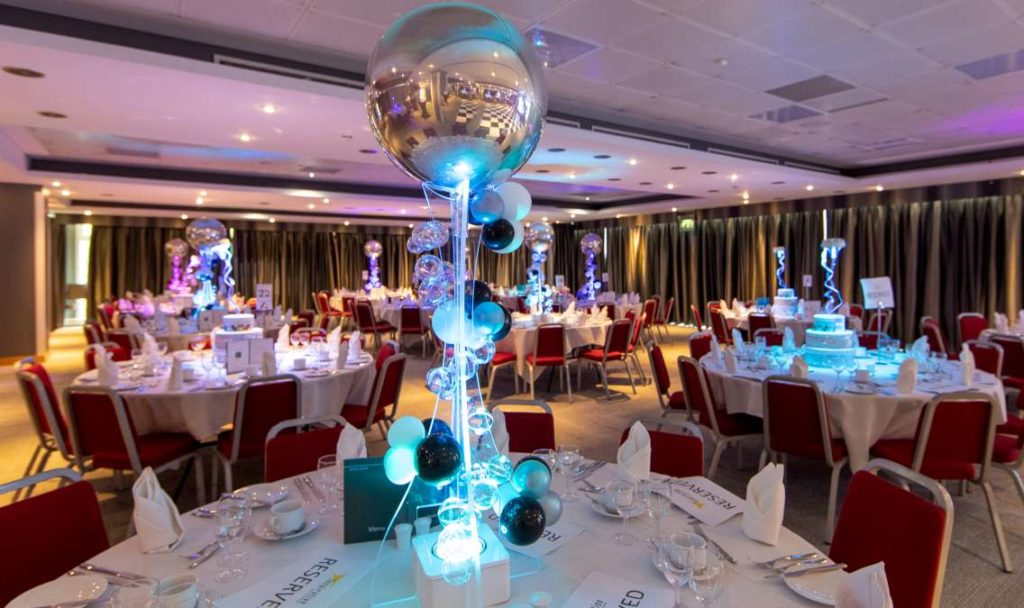 Organic balloon table centre.jpg