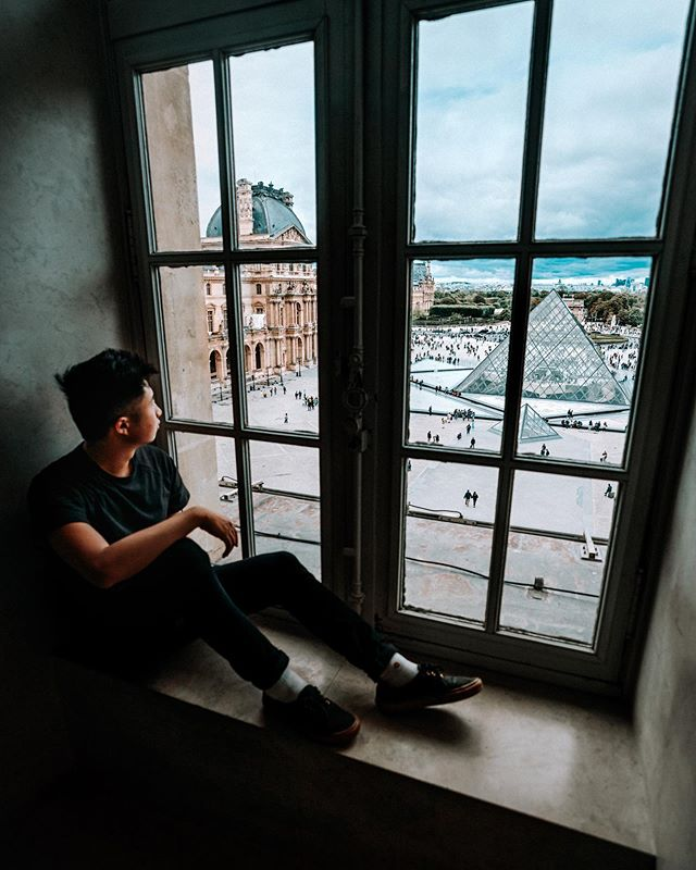 Ei-ffel in Louvre with this view 🧡 ———— Paris has been a dream. Overdosing on crepes and incredible art has been a blast. Few more days til we say goodbye to this beautiful country.