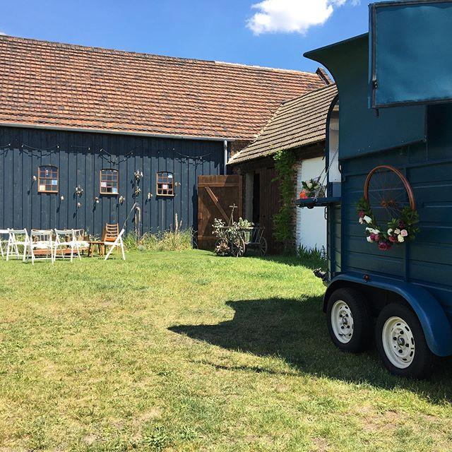 Am Tag nach der Hochzeit ist immer alles so friedlich! Man kann sich kaum vorstellen, dass am Tag davor der Hof gefüllt war mit der Hochzeitsgesellschaft, die viel getanzt, gelacht und auch etwas getrunken hat 😉. Ein wunderbares Fest!! . . . . . . . . . . . . #authenticwedding #dayafter #strawberrydaiquiri #gintonic #homemadelemonade #limeade #moscowmule #hochzeitsbar #bohobar #hochzeitsdeko #hochzeitinberlin #bohowedding #bohomodern #cocktailbar #horsetrailerbar #pferdeanhängerbar #bottleandglas