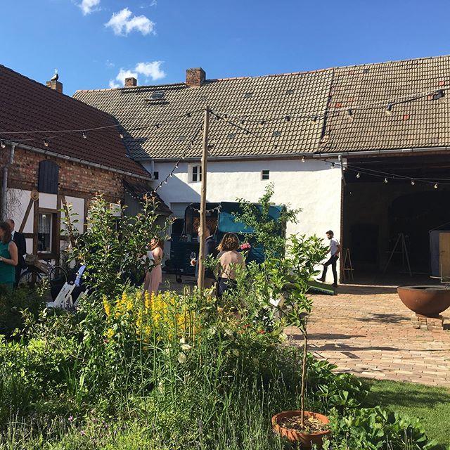 Na, wer findet unsere Bar? Ganz schön versteckt hinter diesen wunderschönen Pflanzen in der @landhochzeit.berlin!! Wir wünschen euch noch frohe Pfingsten! . . . . . . . . . . . . . . #hochzeit #Bar #cocktailbar #sektempfang #bohobar #hochzeitinberlin #pfingsten2019 #hochzeitinbrandenburg #authenticwedding #realwedding #ginandtonic #cheers #moscowmule #mojito #limeade #raspberrylimonade #landpartie