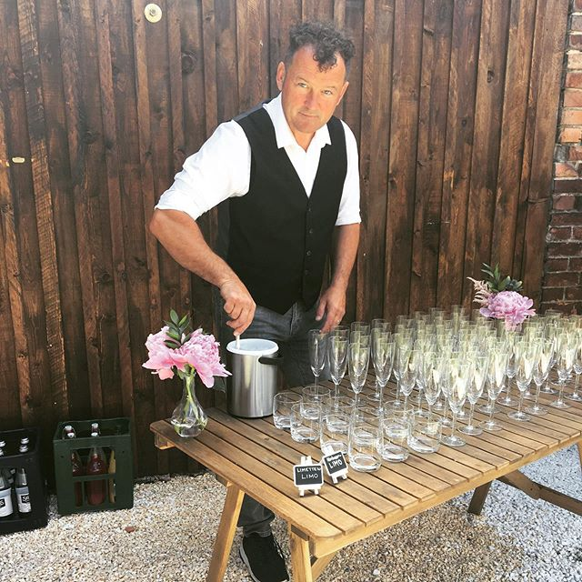 Voller Vorfreude auf den Sektempfang... . . . . . . . . . . . #bohomodern #peony #cider #cidre #prost #sektempfang #himbeerlimo #limeade #homemadelemonade #reception #sekt #prosecco #mobilebar #cocktails #authenticwedding #realwedding #horsetrailerbar #brautpaar2019 #hochzeitberlin #hochzeitbrandenburg #scheunenhochzeit #landhochzeit