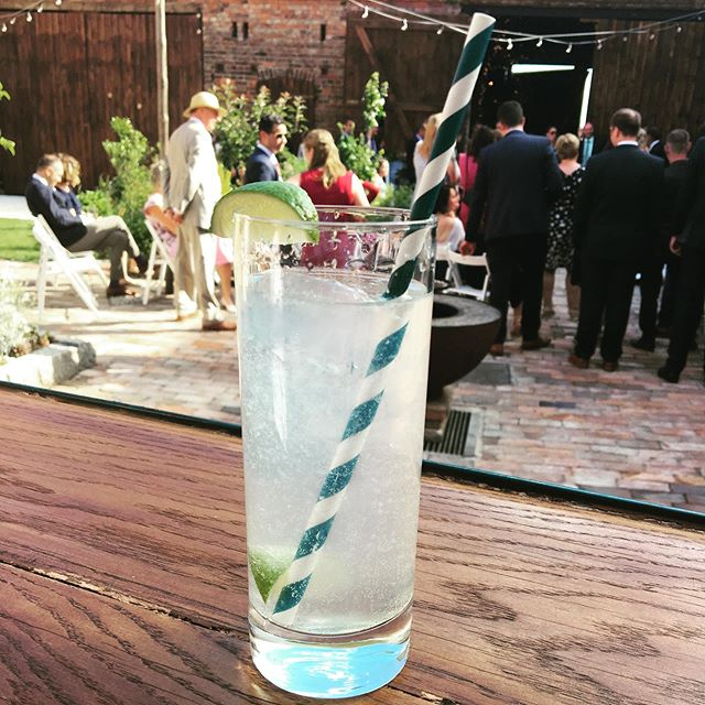 Wir wünschen euch einen tollen Start ins Wochenende! Seid Ihr auch so #wimbeldon begeistert wie wir? Natürlich darf dabei kein #pimmscup fehlen. Aber wenn es mal nicht alkoholisch sein soll, wie wär es dann mit #limeade oder #limettenlimonade ?  Das Bild von unserer Limettenlimo ist bei der Hochzeit von Lisa & Moritz entstanden. Die Limo war super beliebt! . . . . . . . . . . . . . . #partyinspo #hochzeit #feierninberlin #barcatering #mobilebar #horsetrailerbar #hochzeitinberlin #brandenburghochzeit #cheers #nonalcoholic #limo #lime #homemade #bottleandglas