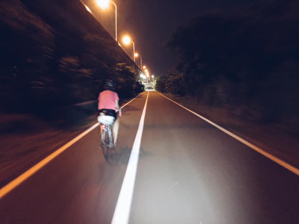 (在新竹騎頭前溪自行車道,不像臺北的河濱有路燈,一片漆黑只剩車頭燈)