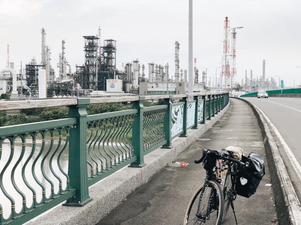 (高雄與屏東交界的新雙園大橋,非常有科幻感)