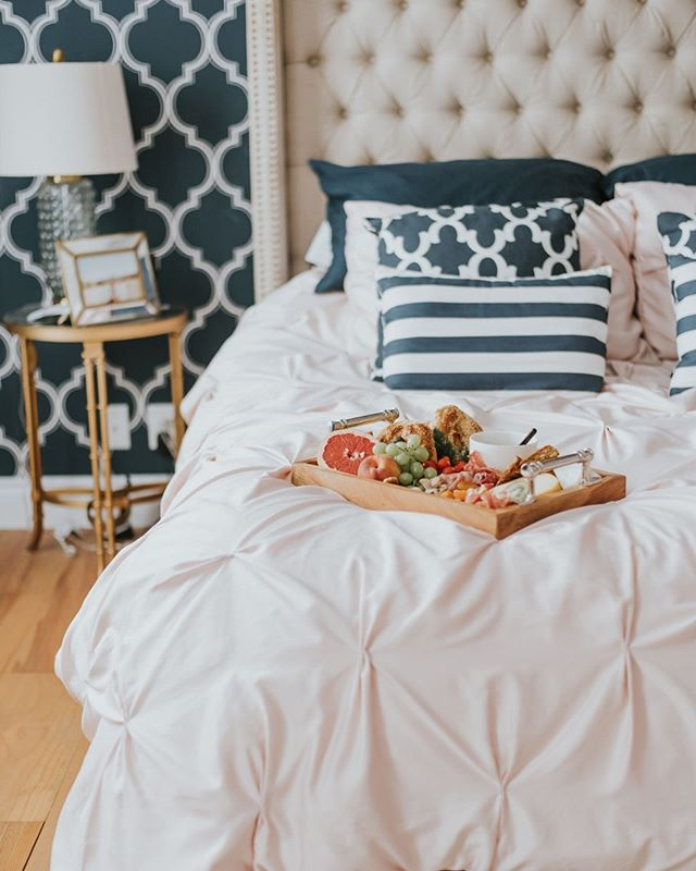 Would you like to wake up in this room with a delicious brunch platter filled with fresh and local food 😴? Yay or Nay?  Photographer: @robbie_photographe Room: @alexandradion • • • • • • • • • • • • • • • • • • #plato #orderplato #apartmenttherapy #heyhomehey #decorcrushing #howwedwell #ihavethisthingwithpink #hyggehome #anthropologiehome #myhomesense #currentdesingsituation #mycovetedhome #mydecorvibe #myinteriorvibe #interioryezplz #colourmyhome #cornerofmyhome #myhouseandhome  #styledupinterior #mybhghome #brunchplatter #myhomedecor #interior4u #myhousemadehome #realhomes #decorgoals #prettylittleinteriors #currenthomeview #bhghome