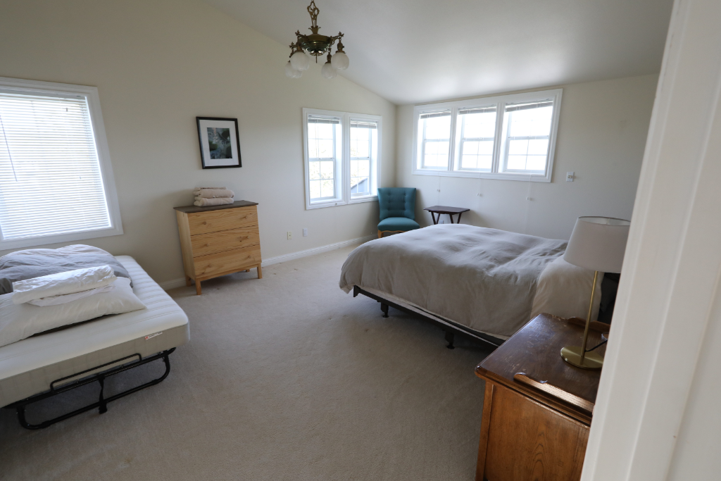 Twin / Queen bed in shared room - Get more space and attend with a friend! Shared bathroom.