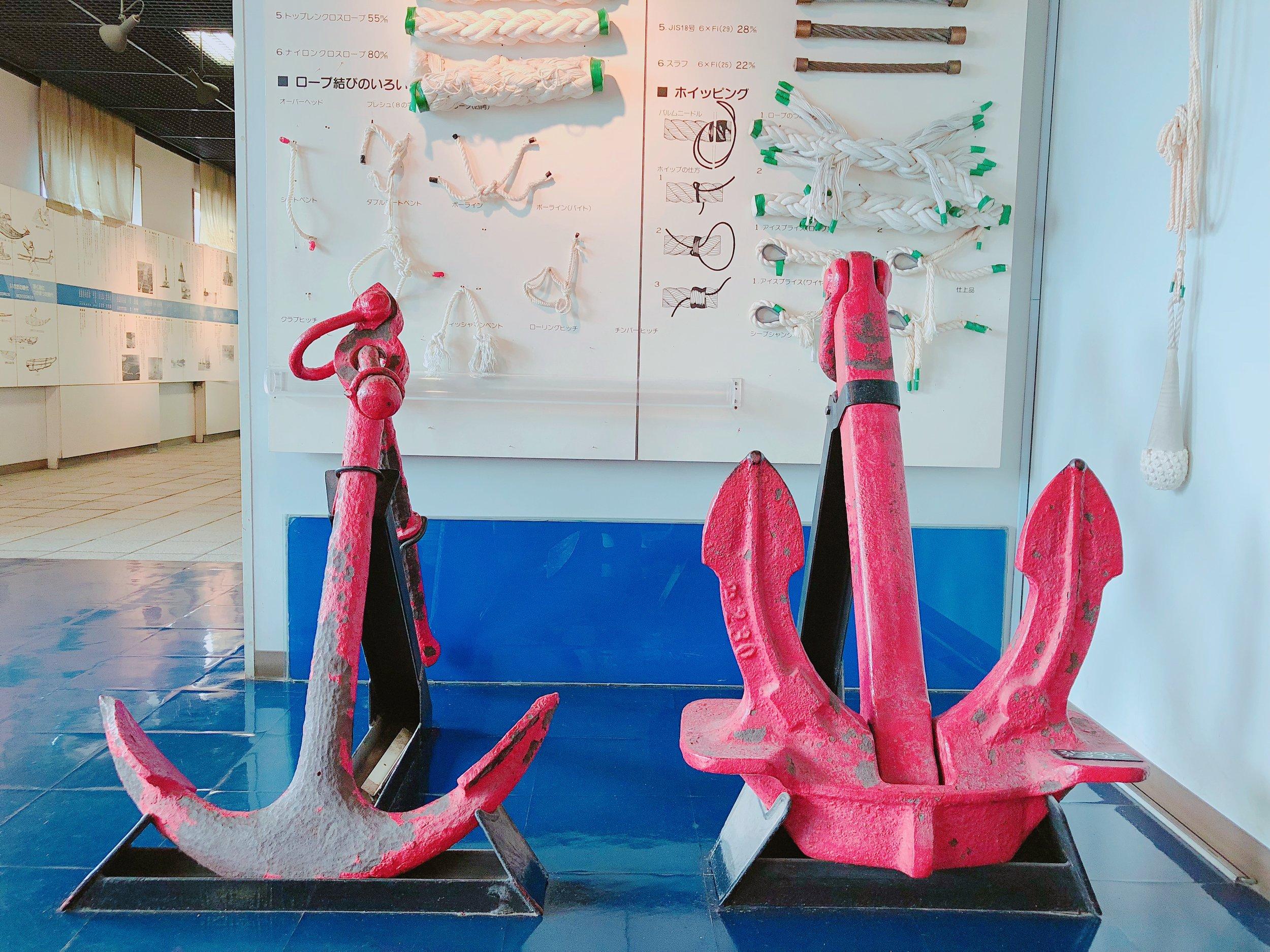 新潟県港湾資料室 ストックアンカー(左)とストックレスアンカー(右)