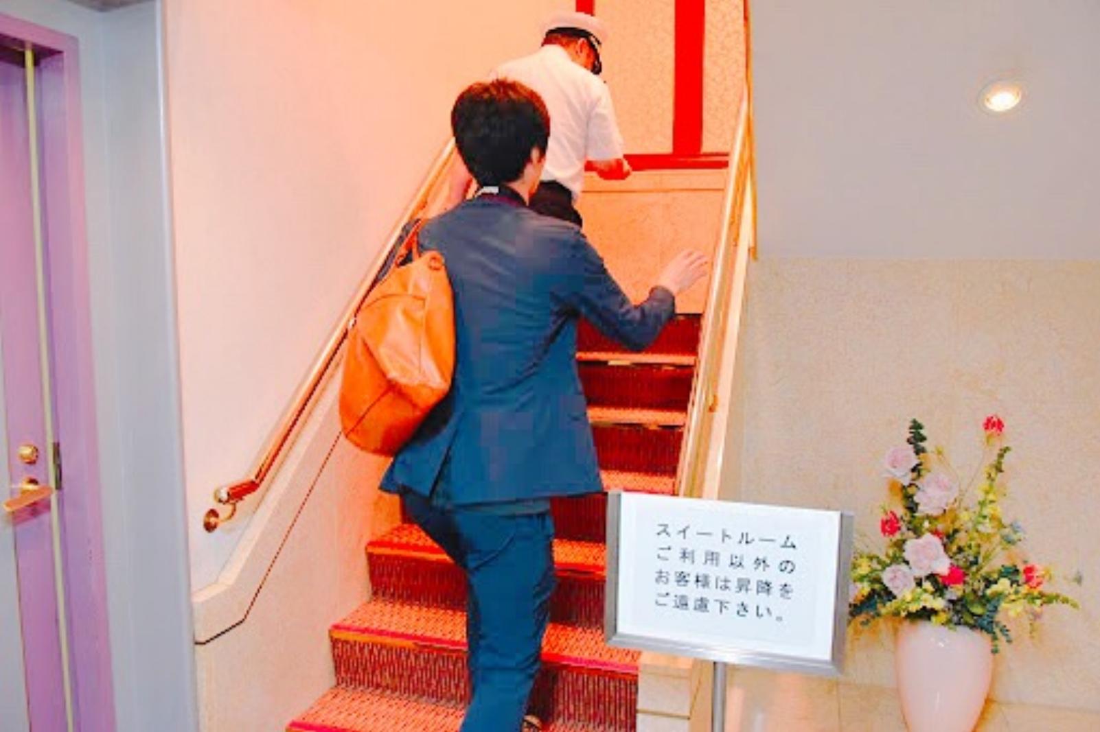 スイートルームへの階段
