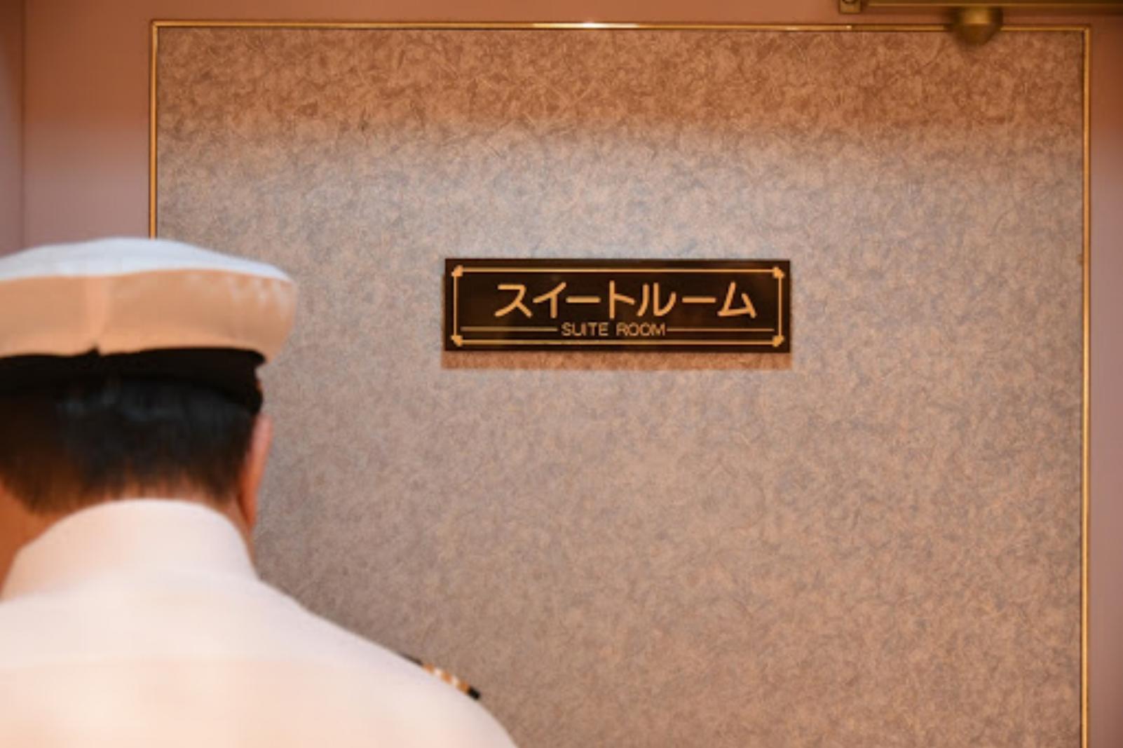 スイートルームのドア