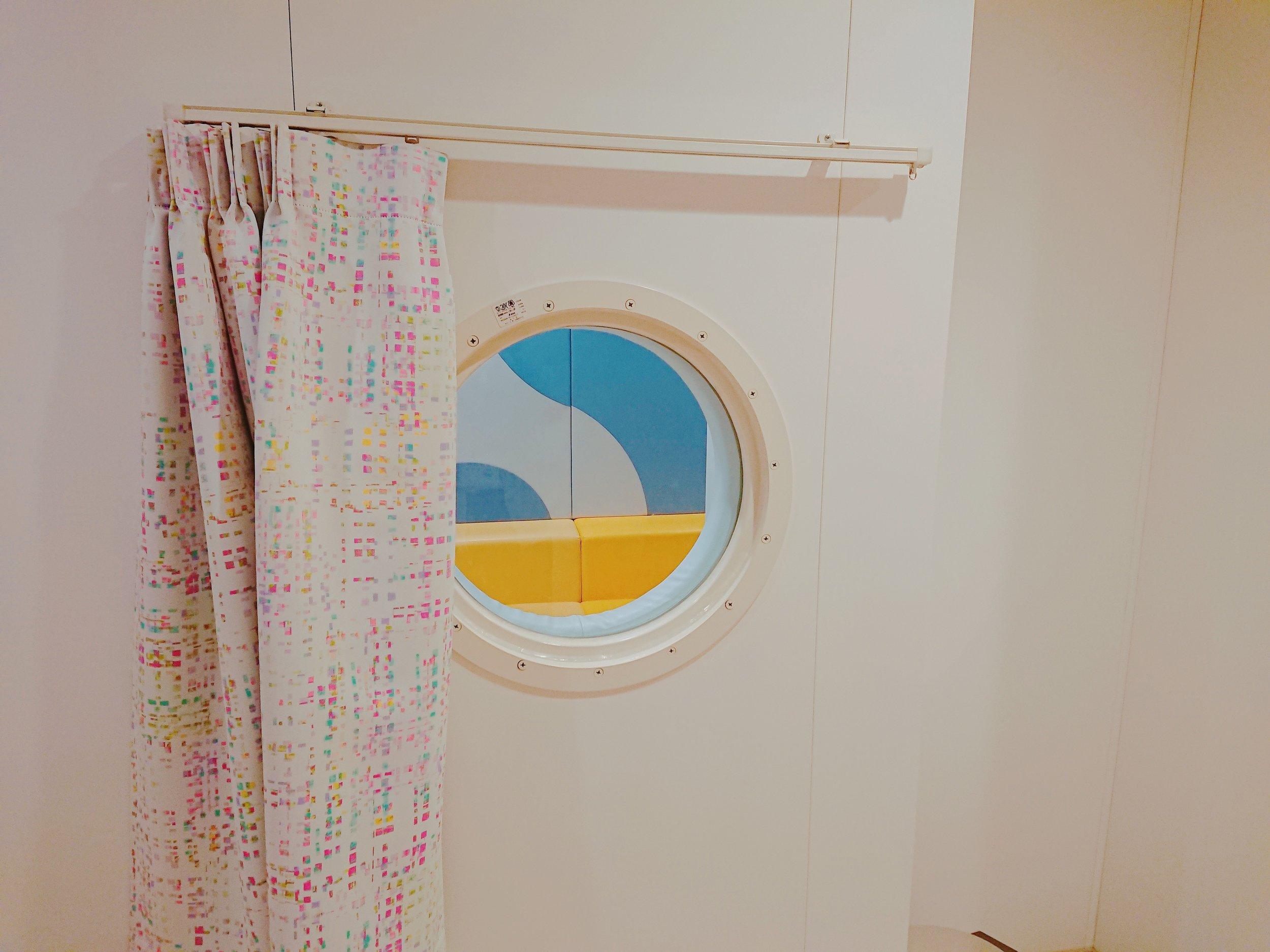 授乳室からキッズスペースへの小窓