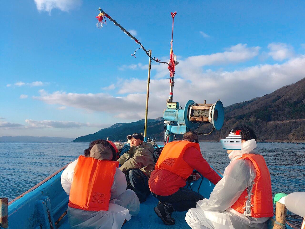 漁船でわかめポイントまで向かう
