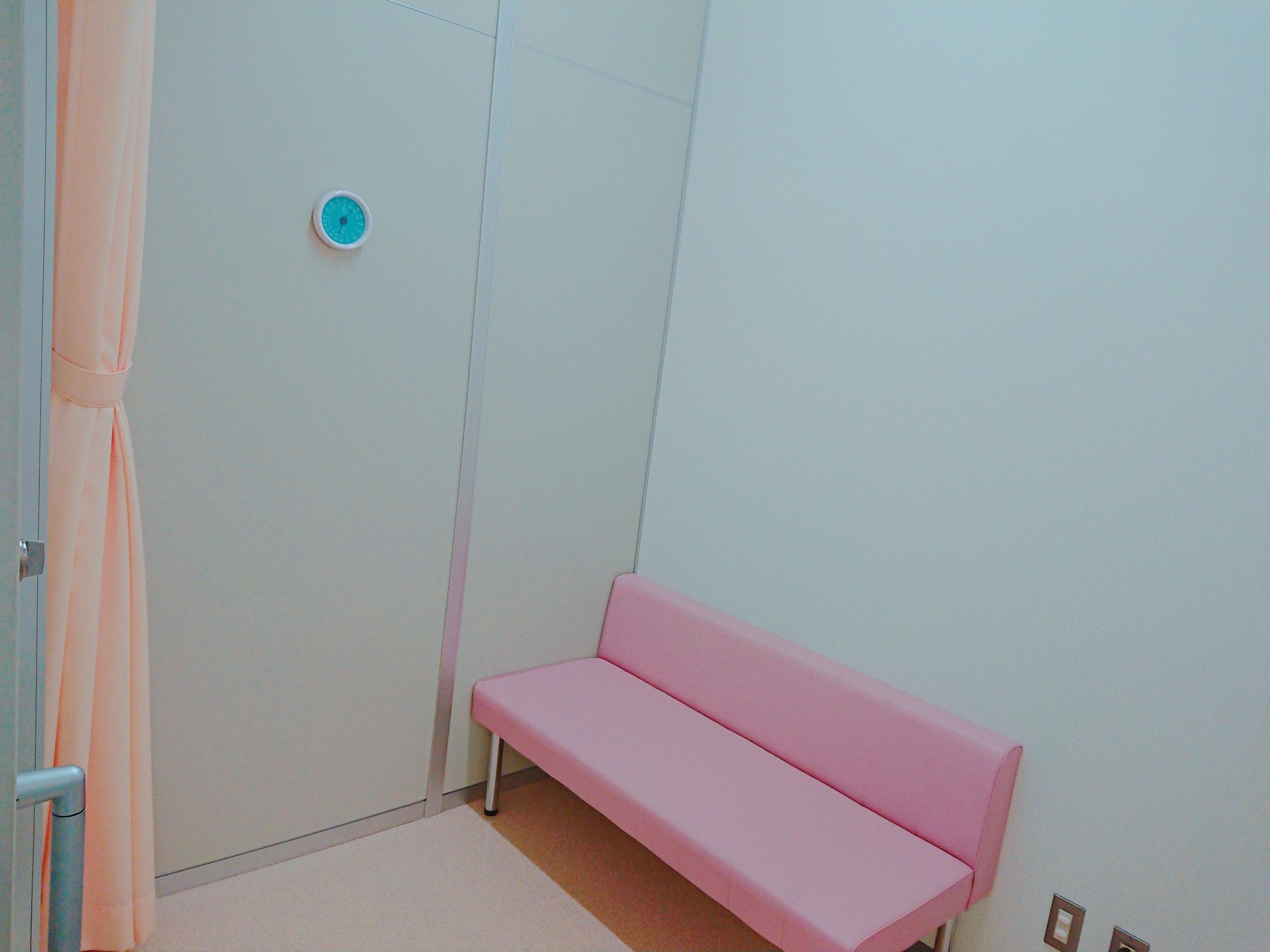 授乳室内はソファと目隠しのカーテン