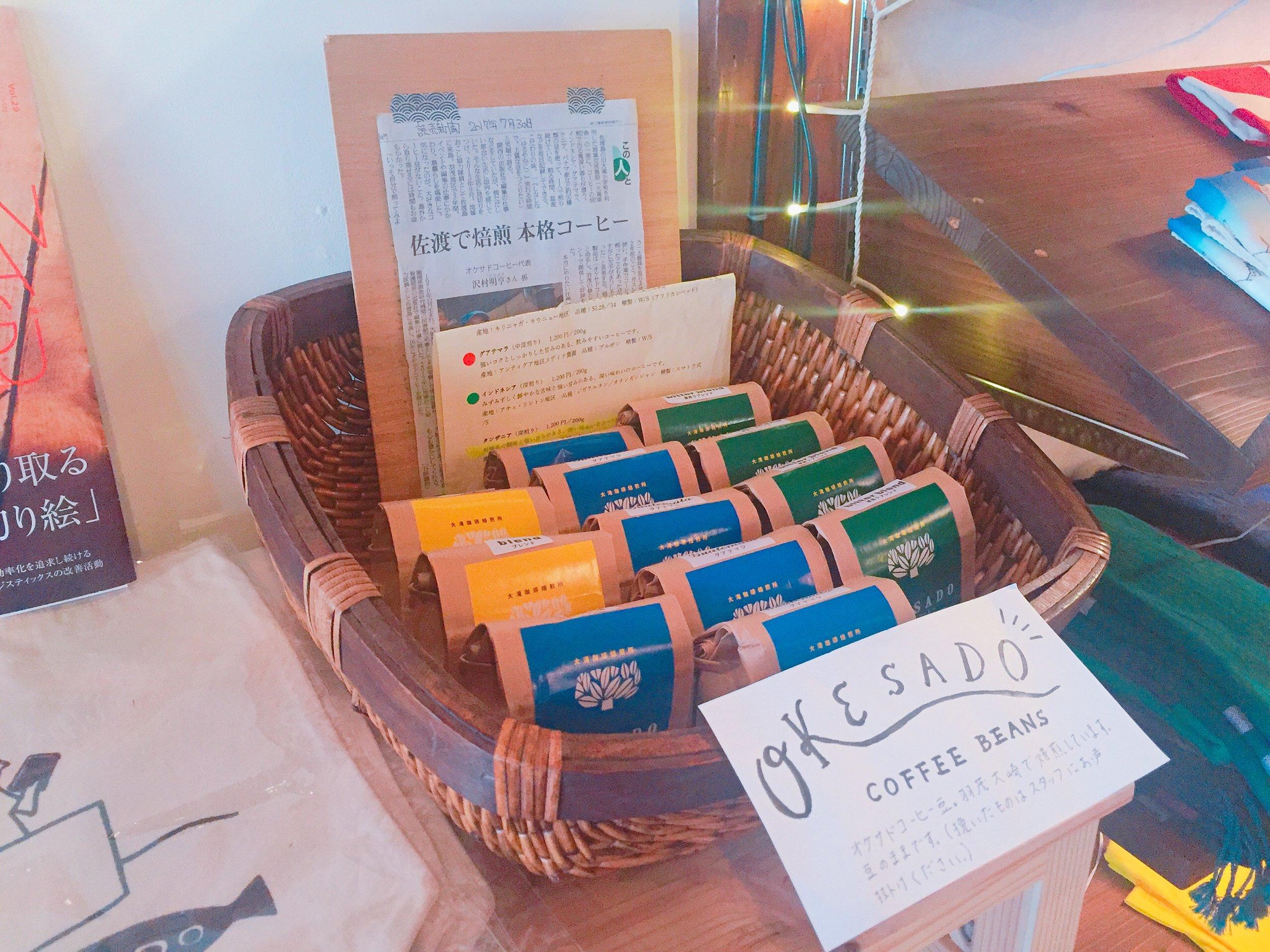 佐渡で焙煎をしている「オケサドコーヒー」のコーヒー豆も買えます