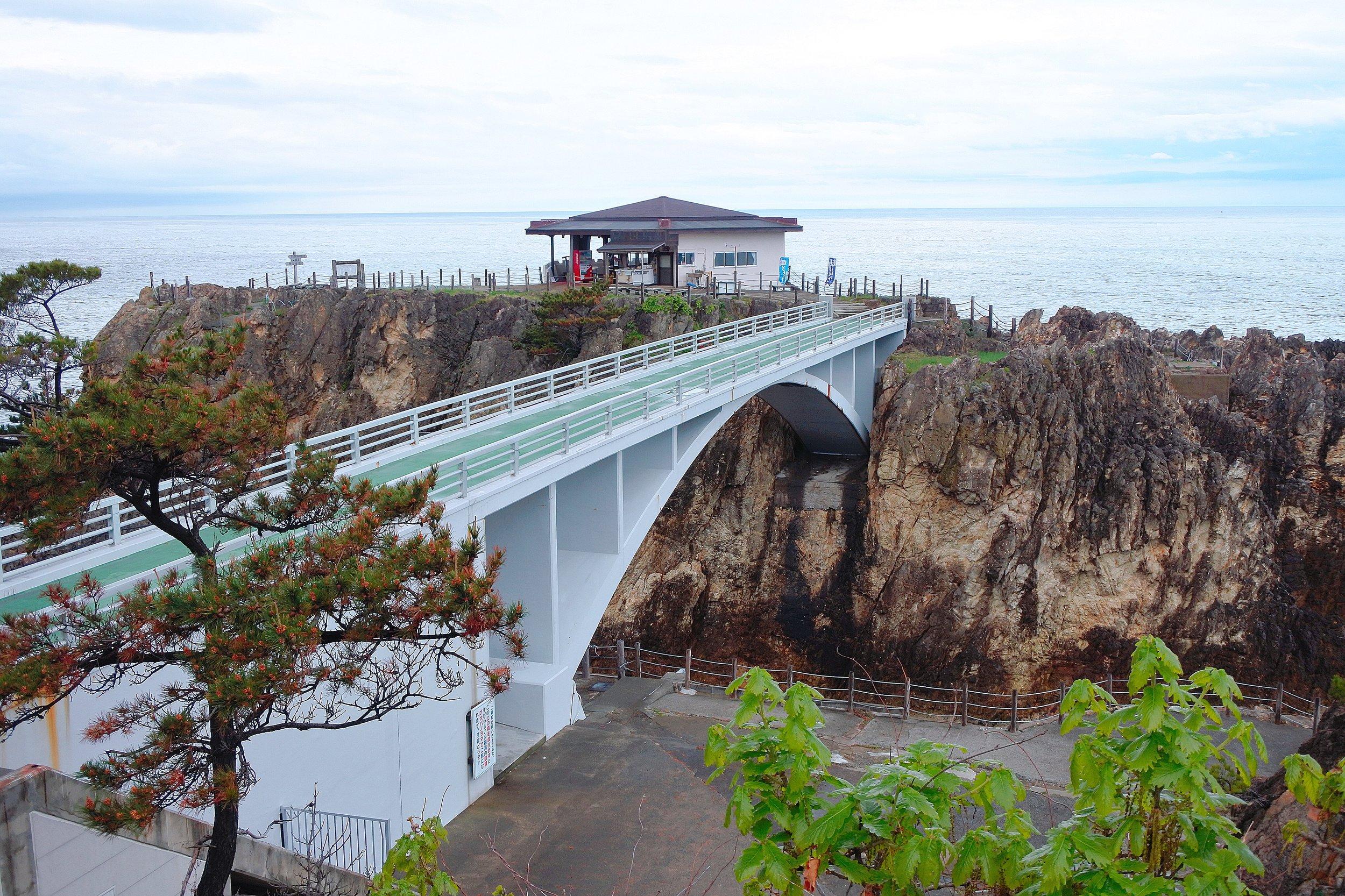 橋の向こうに展望台