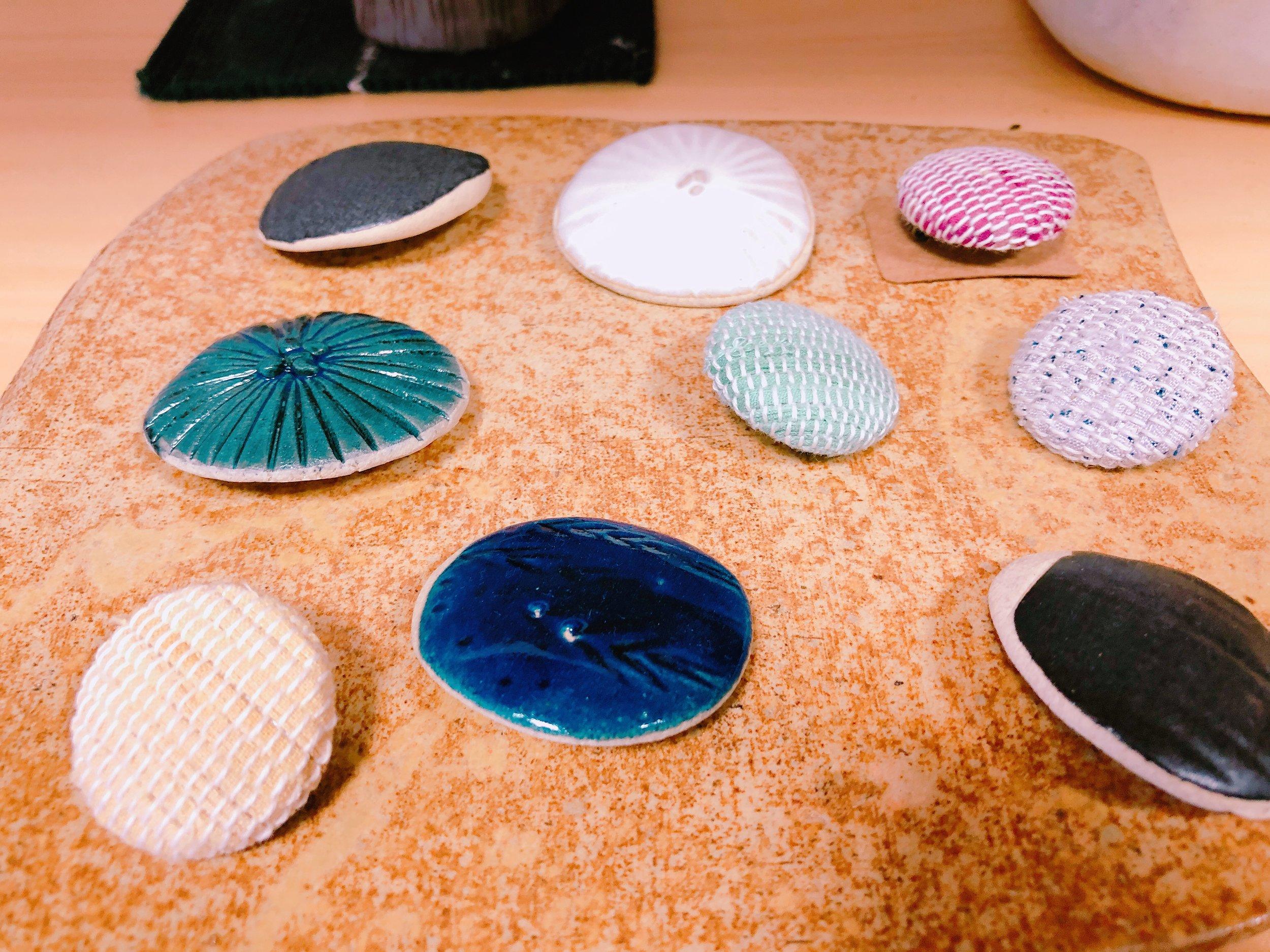 陶器や裂き織りのブローチ