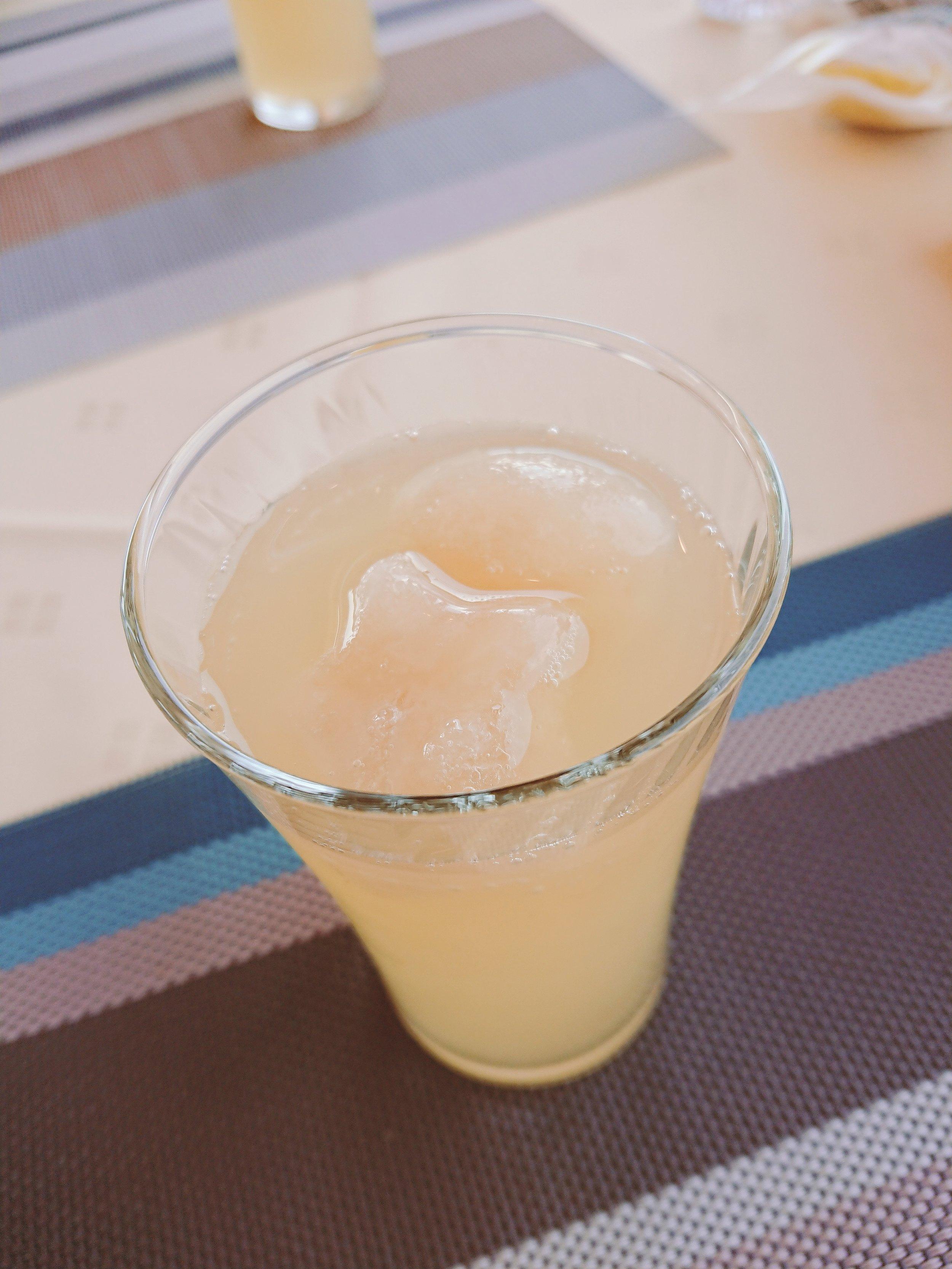 りんごジュース(350円) 浮かんでいるのはただの氷ではなく・・・