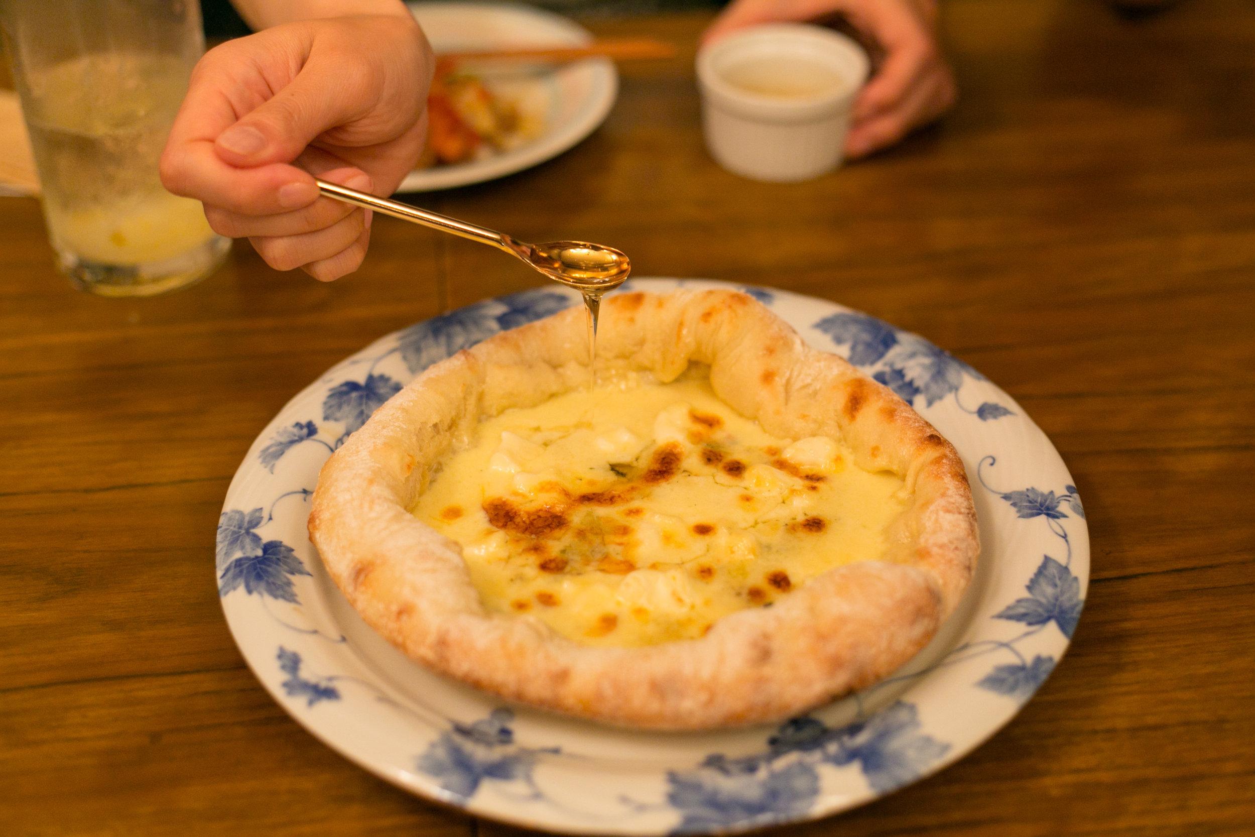 「2種のチーズのクリームソースピザ」