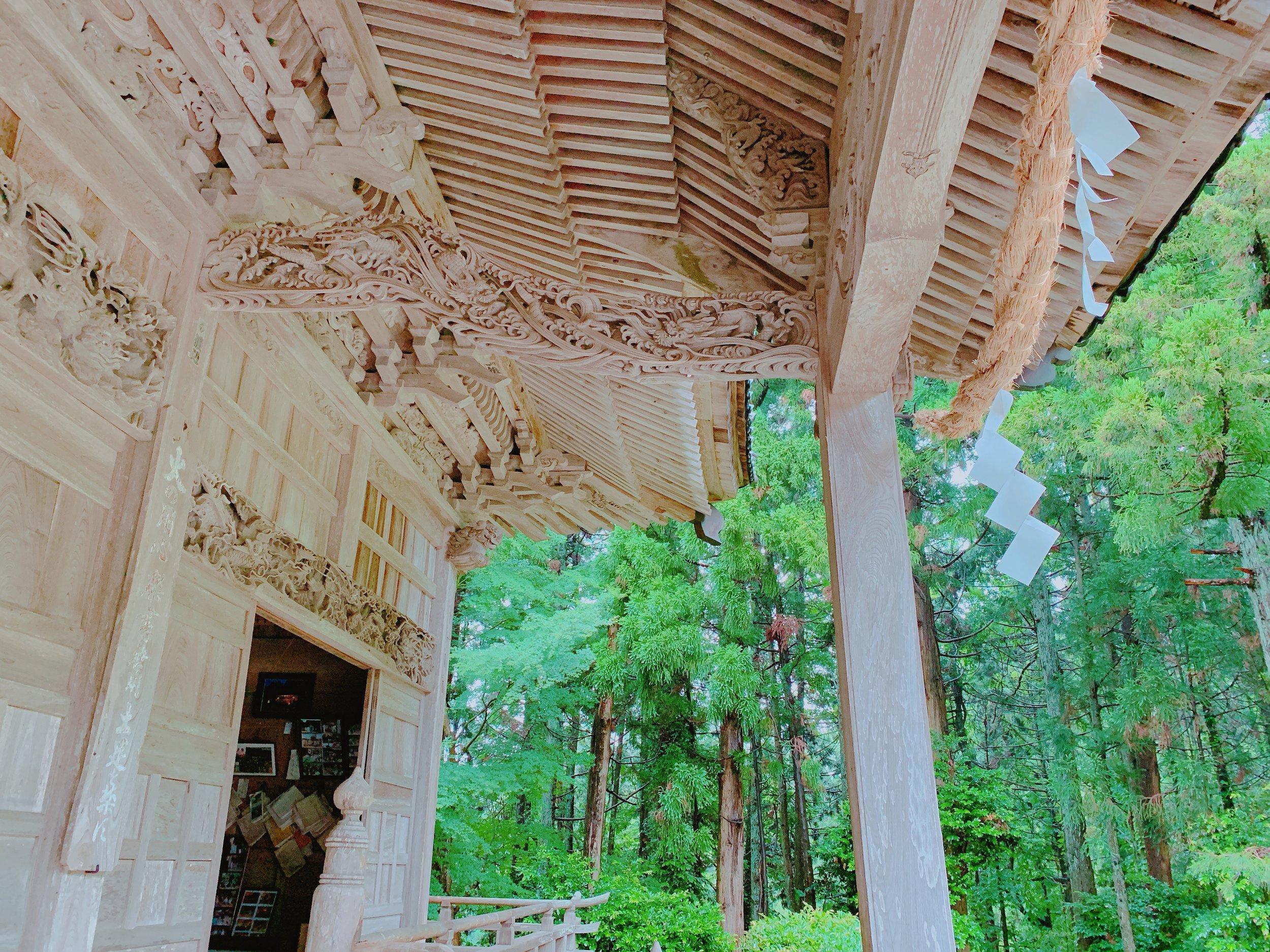牛尾神社拝殿前