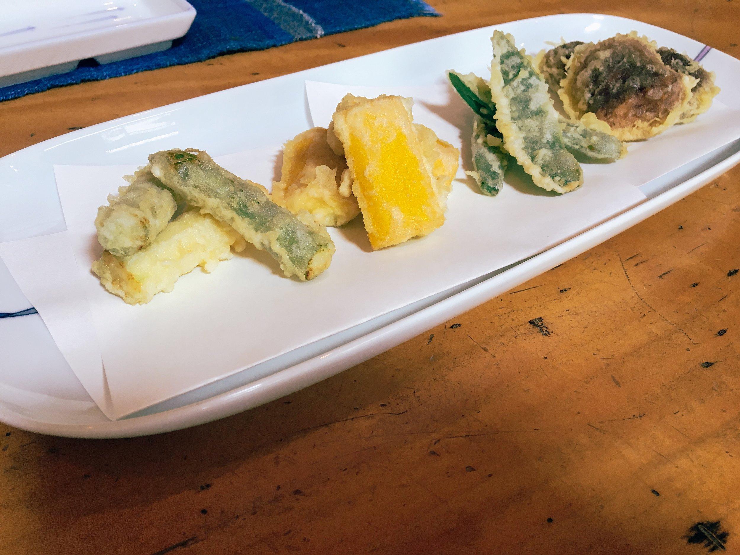 左からアスパラ、ズッキーニ、モロッコいんげん、しいたけの天ぷら