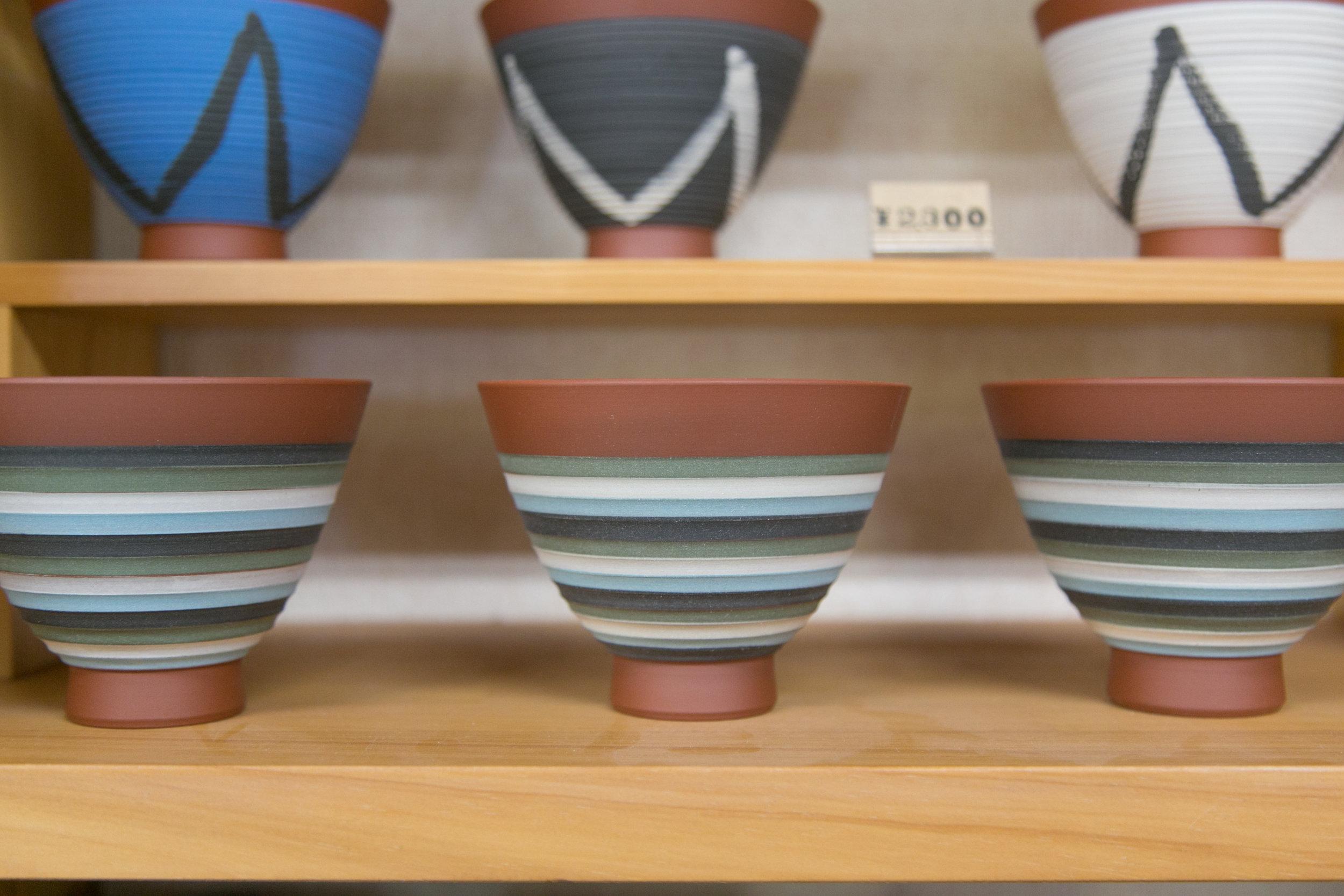 鮮やかなボーダーがデザインされたご飯茶碗