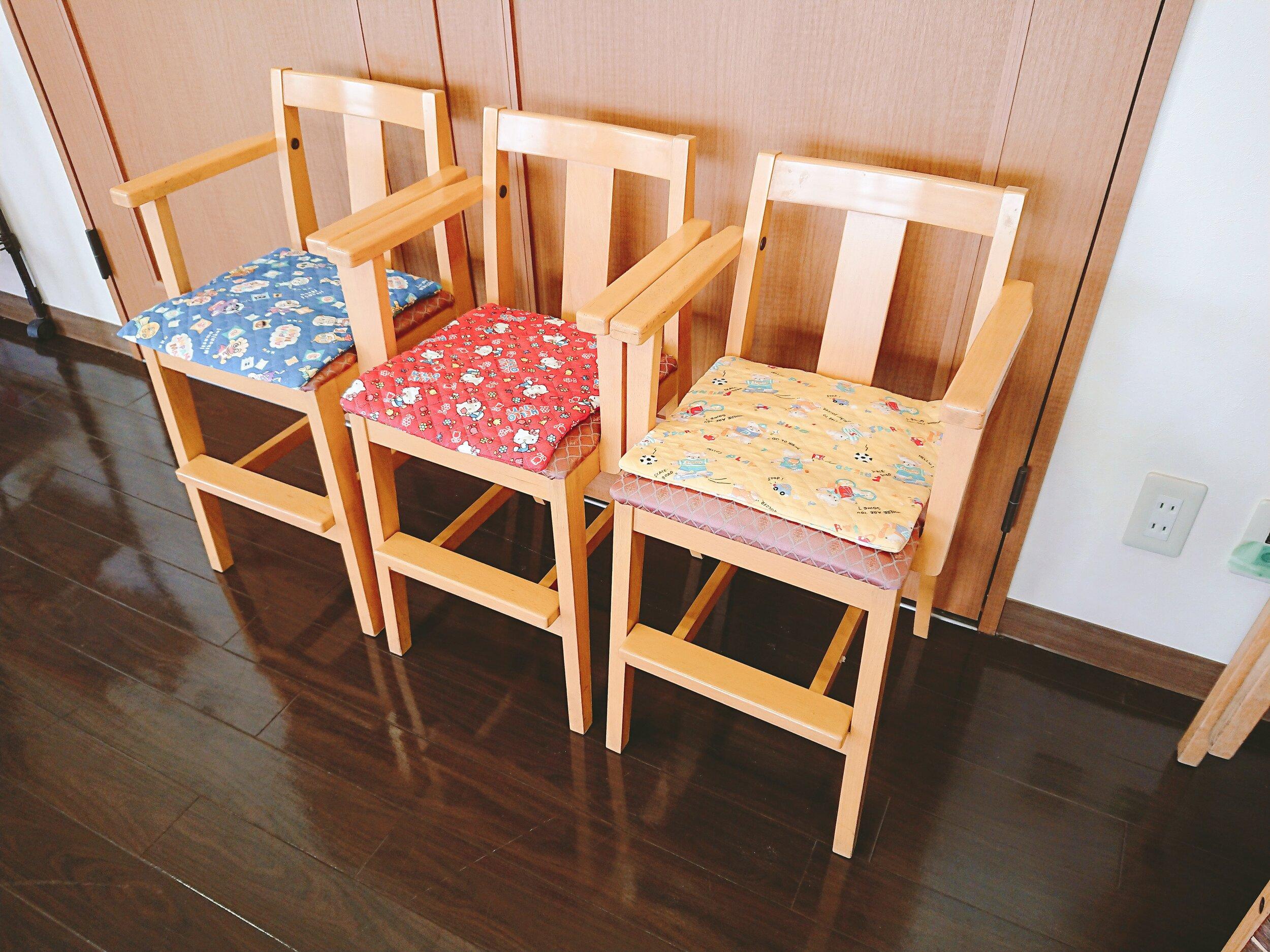 子供用のいす。3色座布団がかわいい