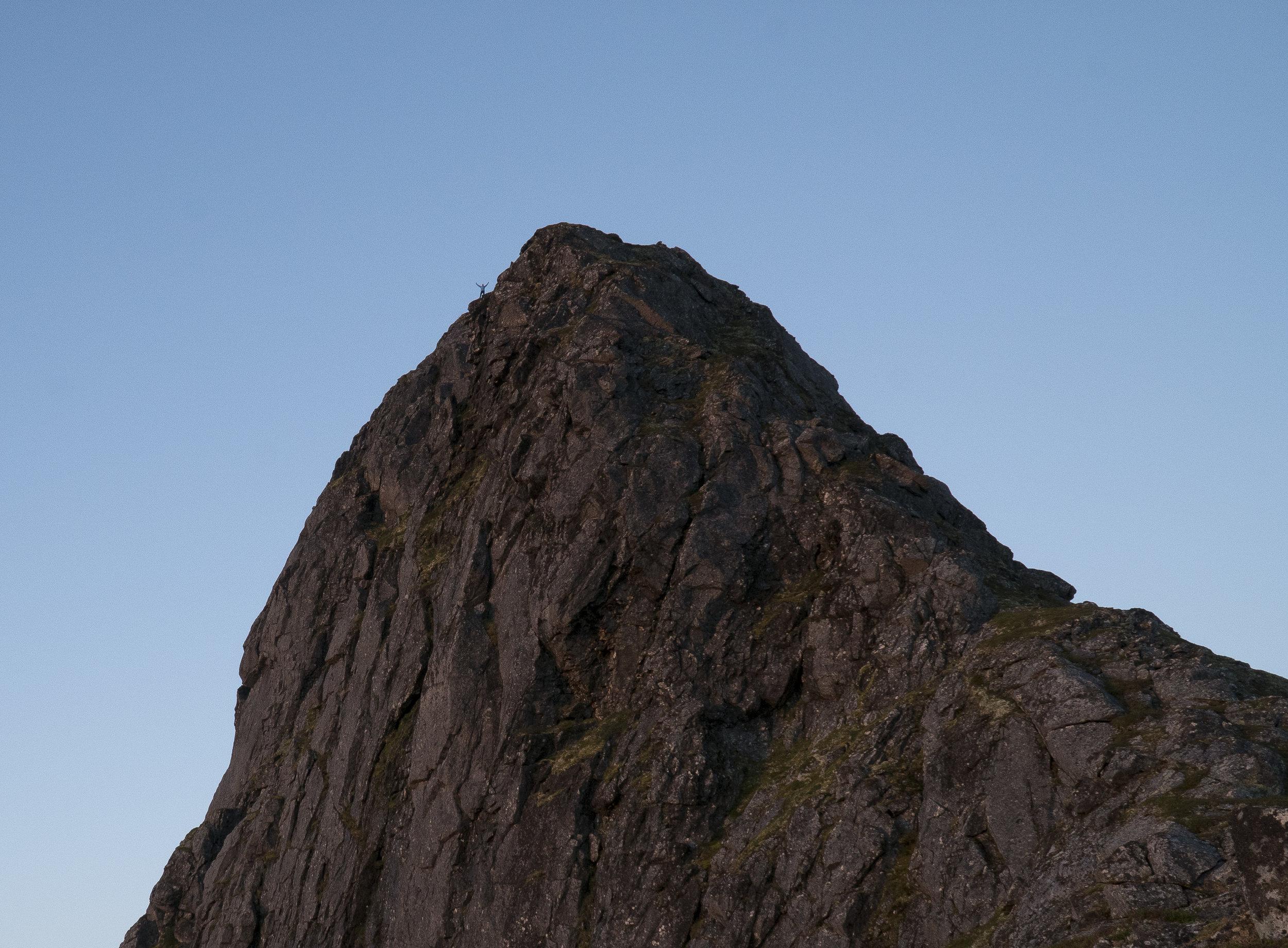 Ser du nøye etter på bildet så ser du Stig på platået litt nedenfor toppen.