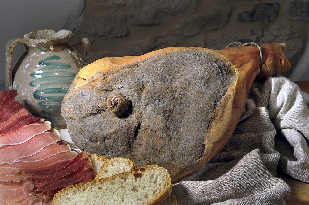 PROSCIUTTO - DESCRIZIONE: Si ottiene dalla coscia del maiale, dopo attenta lavorazione viene stagionato prima di essere commercializzato.È un prodotto altamente nutrizionale la cui bontà è conosciuta e apprezzata ovunque.