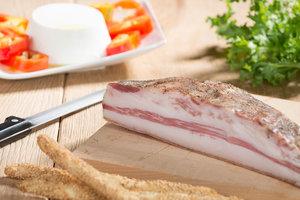 GUANCIALE - Descrizione: Si ricava dalla lavorazione del sottocollo, che unisce le due guance del maiale. Viene rifilata fino ad assumere una forma triangolare. Il processo di lavorazione continua con l'aromatizzazione del sottocollo attraverso l'impiego di sale, pepe ed aglio. Il tempo di stagionatura varia da 30 a 60 giorniIngredienti: Guanciale di suino, Sale, Destrosio, Aromi.Senza Glutine, Senza LattosioAntiossidanti: E 301Conservanti: E 252 - E 250