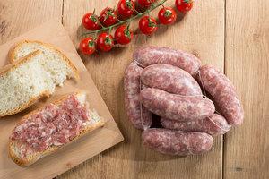 SALSICCIA di CASTELVECCHIO - Descrizione: La nostra salsiccia deriva dalla lavorazione di carne fresca, ed in particolare dall'unione di spalla e pancetta, che sommate danno origine ad un impasto, al quale vengono aggiunti sale e pepe. Successivamente l'impasto viene insaccato con cura, creando un prodotto dal sapore unico. Cotta alla griglia ha la massima esaltazione.Ingredienti: Carne di suino, Sale, Spezie, Destrosio, Aromi. Senza Glutine, Senza LattosioAntiossidanti: E 300