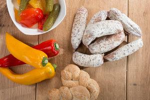SALSICCIA SECCA - Descrizione: Questo nostro tradizionale prodotto nasce dalla lavorazione della spalla e della pancetta, che sommati danno origine ad un impasto, al quale viene aggiunto sale, pepe e aglio. Successivamente l'impasto viene insaccato con cura e stagionato per almeno 15/20 giorni.Ingredienti: Carne di suino, Sale, Spezie, Destrosio, Aromi.Senza Glutine, Senza LattosioAntiossidanti: E 301Conservanti: E 252 - E 250