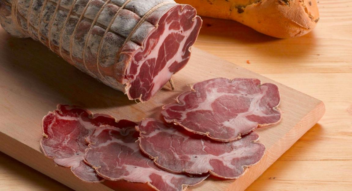 LONZA - Descrizione:Insaccato ottenuto dalla lavorazione della carne disossata del carrè, arrotolata e aromatizzata con sale, pepe ed aglio.Stagionatura: 120 giorniIngredienti: carne di suino, grasso di suino 30% min., sale, pepe, aromi naturali.