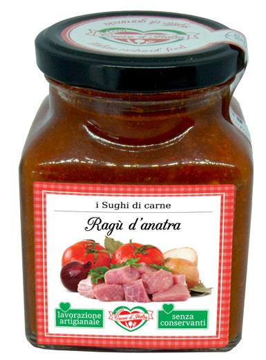 RAGÙ D'ANATRA - Descrizione: Salsa a base di pomodoro, preparata secondo una ricetta tradizionale a base di carne d'anatra. Preparato secondo tradizione marchigiana. Senza l'aggiunta di conservanti, ne coloranti. Pronto per avvolgere di sapore la tua pasta.Ingredienti: Polpa di pomodoro (70%), Anatra disossata (15%), Carne di Bovino, Cipolla, Carota, Sedano, Vino bianco, Olio Extravergine di Oliva, Sale.Consigli per la Preparazione: Pronto all'uso. Ideale con la pasta fresca e secca il sugo è pronto da versare direttamente sulla pasta appena scolata. Per esaltare il sapore degli ingredienti si consiglia di scaldarlo a fuoco lento o nel microonde dopo aver aperto il vasetto. Ottimo anche per condire pizza, carni, pesce e crostini.