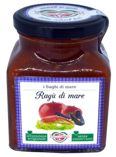 RAGÙ DI MARE - Descrizione: Solo il sapore dei dolcissimi pomodori, coltivati nelle nostre campagne marchigiane sotto il sole, uniti al sapore del pesce fresco del mare adriatico. Preparato secondo tradizione marinara marchigiana. Senza l'aggiunta di conservanti, ne coloranti. Pronto per avvolgere di sapore la tua pasta.Ingredienti: Polpa di Pomodoro 60%, Seppia (Sepiidae) 10%, Cozze (Mytilus Galloprovinc) 5%, Vongole (Tapes) 4%, Filetto di Acciuga (Engraulis Encrasicolus), Cannocchie (Squilla Mantis) Granchio (Liocarcinus Depurat), Olio Extravergine di Oliva, Sale Marino Iodato, Cipolla, Aglio, Prezzemolo. Il prodotto potrebbe contenere lische di pesce.Consigli per la Preparazione: Pronto all'uso. Ideale con la pasta fresca e secca il sugo è pronto da versare direttamente sulla pasta appena scolata. Per esaltare il sapore degli ingredienti si consiglia di scaldarlo a fuoco lento o nel microonde dopo aver aperto il vasetto. Ottimo anche per condire pizza, carni, pesce e crostini.