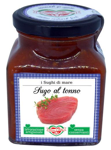 SUGO AL TONNO - Descrizione: Solo il sapore dei dolcissimi pomodori, coltivati nelle nostre campagne marchigiane sotto il sole, uniti al tonno ed agli aromi naturali, secondo l'antica ricetta marchigiana. Preparato secondo tradizione. Senza l'aggiunta di conservanti, ne coloranti. Pronto per avvolgere di sapore la tua pasta.Ingredienti: Polpa di Pomodoro 85%, Tonno in Scatola (tonno, olio di oliva, sale) 11%, Olio Extravergine di Oliva, Acciughe, Aglio, Prezzemolo, Sale Marino Iodato, Peperoncino.Consigli per la Preparazione:Pronto all'uso. Ideale con la pasta fresca e secca, il sugo è pronto da versare direttamente sulla pasta; si consiglia di saltare la pasta con un po' d'acqua di cottura per 2 minuti circa. Per esaltare il sapore degli ingredienti si consiglia di scaldarlo a fuoco lento o nel microonde dopo aver aperto il vasetto. Ottimo anche per condire pizza, e crostini.