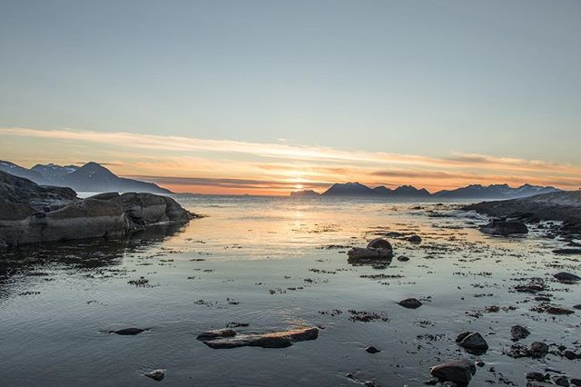 The midnight sun shining, seen from Uløya. • • • #lyngenalps #lyngenfjord #midnightsun #lyngen #uløy #havnnes #nordtroms #visitlyngen