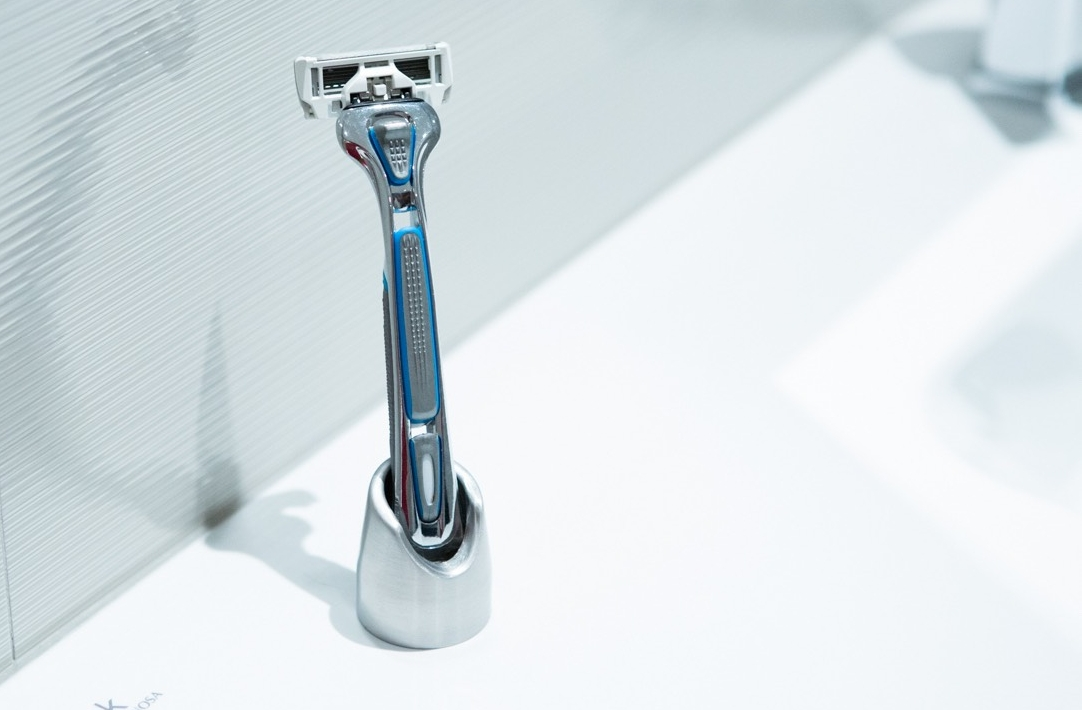 Solo-2-The-Razor-Stand-Toothbrush-Holder-Reinvented-03.jpeg