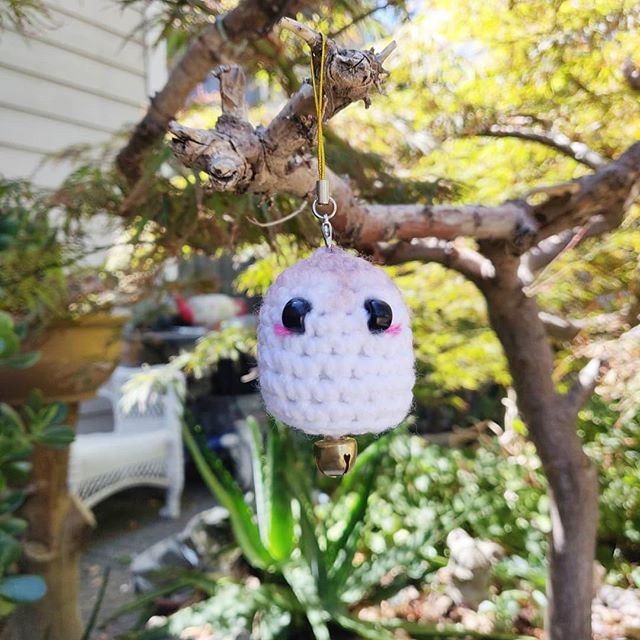 Totasy Ghosty 👻 .  I just posted a FREE PATTERN for the Marshmallow Ghost on our #blog 🍬! If you want a more detailed version of the pattern, it will be available for our #kofi supporters later today 🎃.