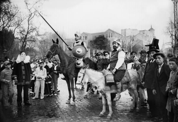MARÍN. Don Quijote y Sancho Panza en las inmediaciones de la Plaza de Colón. Madrid, febrero de 1932.  Fundación Pablo Iglesias
