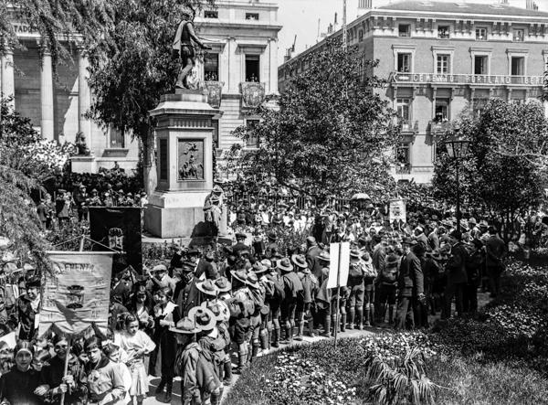 MARÍN. Los Exploradores de España ante la estatua de Cervantes de la Plaza de las Cortes de Madrid, 23 de abril de 1916.  Fundación Pablo Iglesias