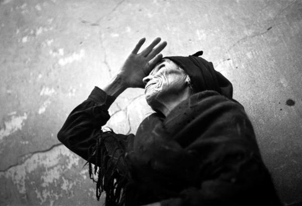 ALFONSO. Anciana de Esquivias durante la guerra civil retratada en el patio de la casa de Catalina de Salazar y Palacios, mujer de Cervantes. Octubre de 1936.