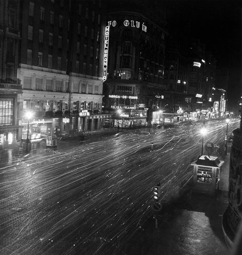 DESCONOCIDO. La Gran Vía en la noche. Efectos de luz: larga exposición.  Madrid, 19 de septiembre de 1959 MECD, AGA, Fondo MCSE
