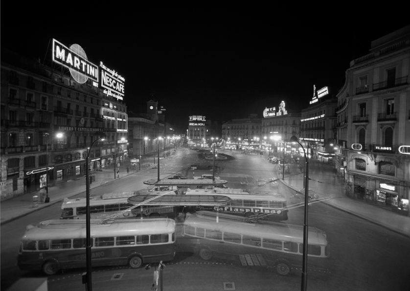 PORTILLO. Noche en Puerta del Sol abierta al tráfico rodado. Madrid, 31 de enero de 1958